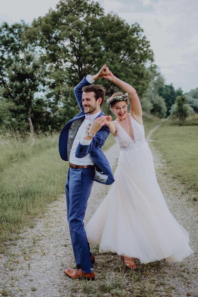 Tanzendes Paar auf Schotterweg