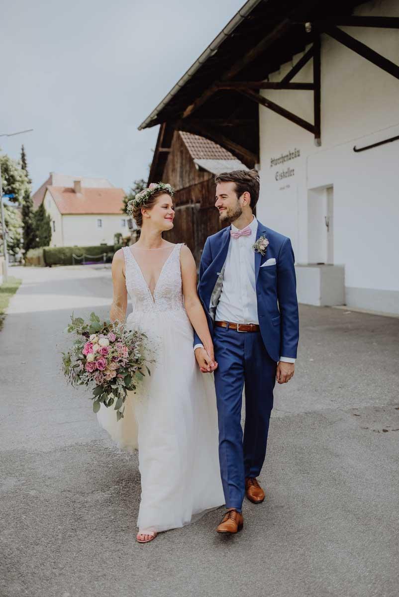 Brautpaar vor Holzscheune