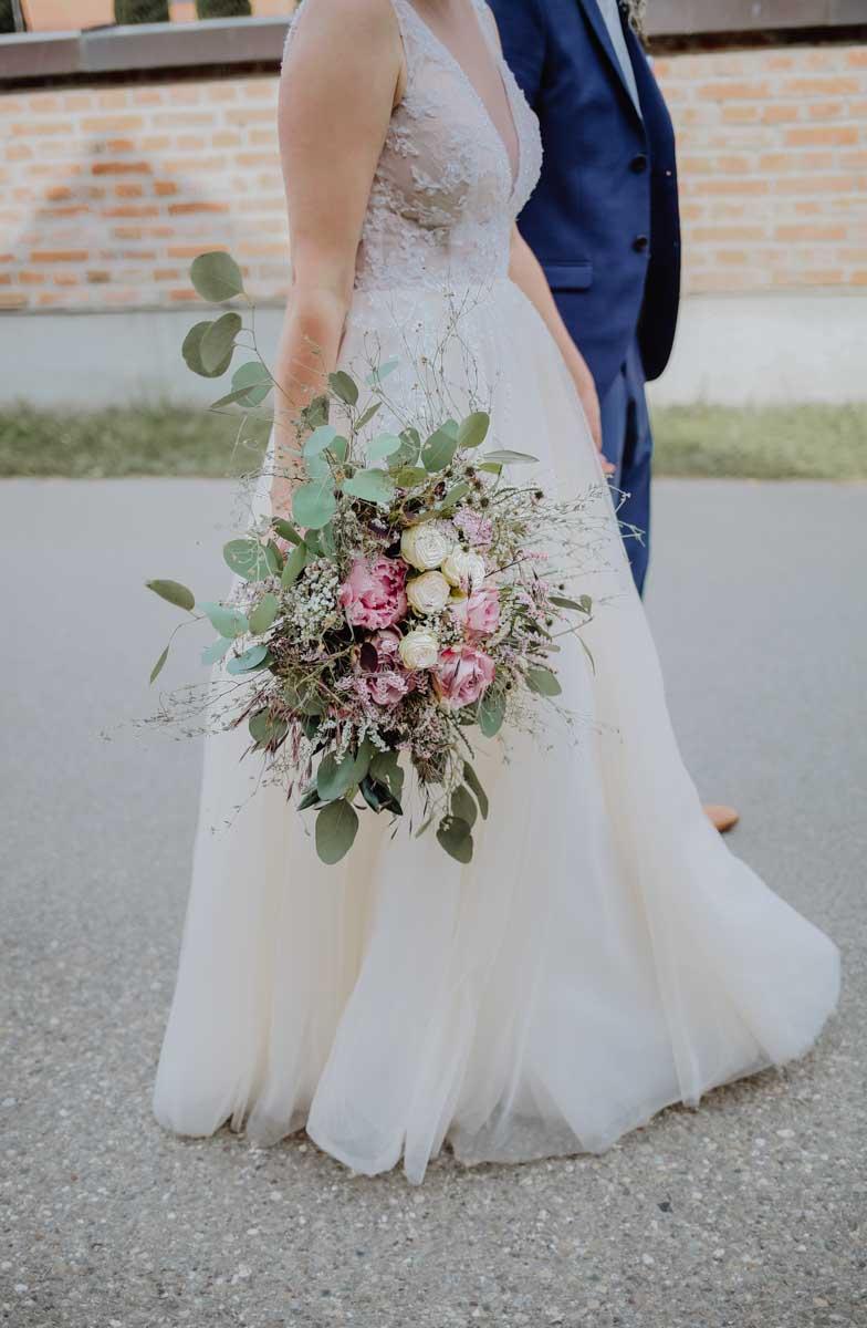 Brautstrauß mit weißen und rosa Rosen