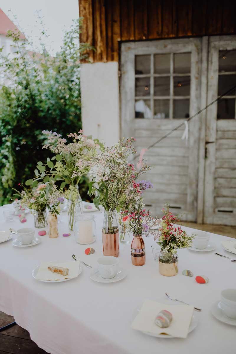 Wildblumen auf Tisch