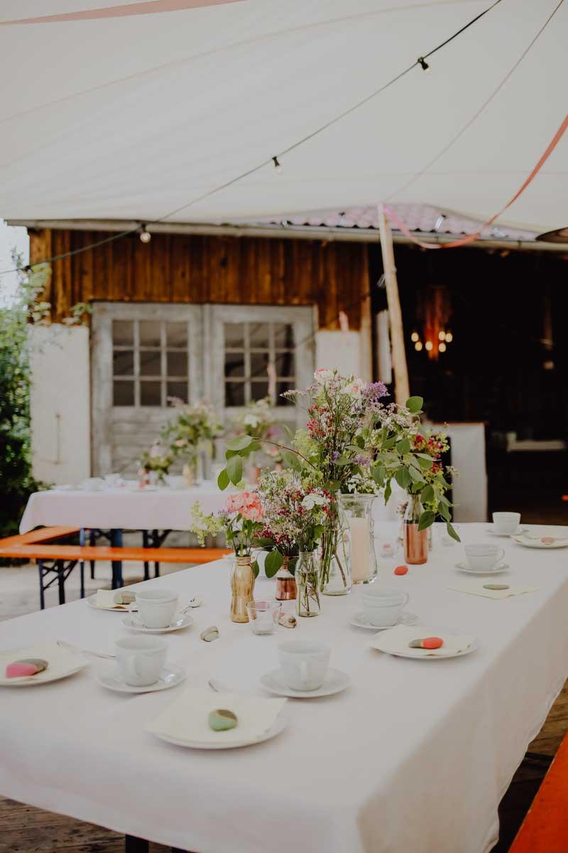 Gedeckter Tisch mit Blumen und Geschirr