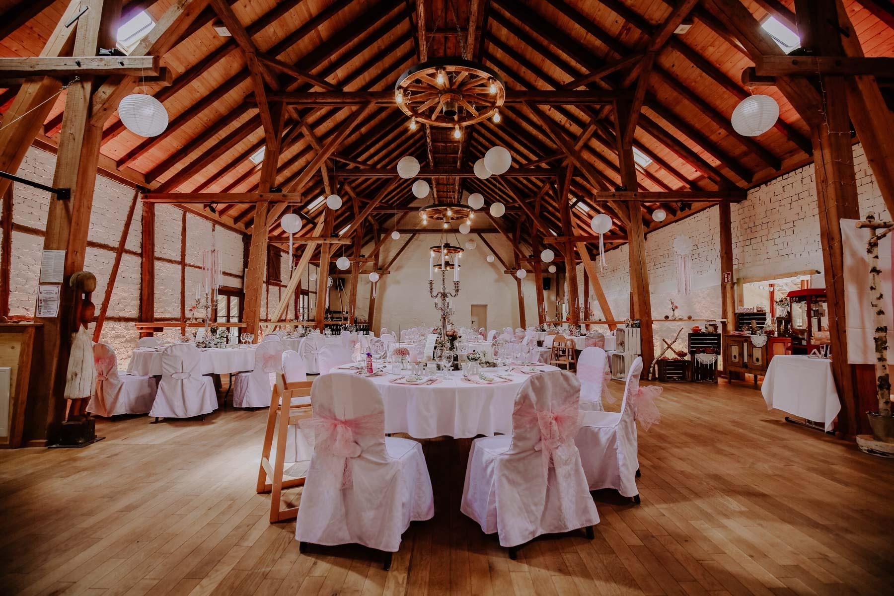 Scheune mit Holzbalken und Tischen
