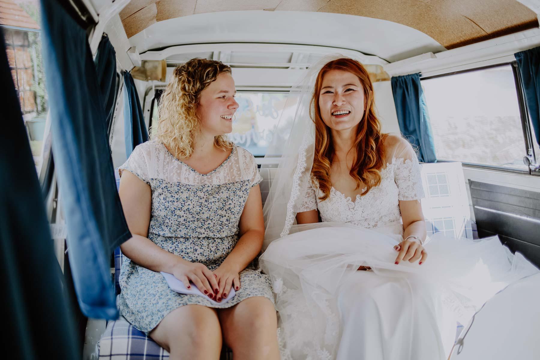 Braut mit Frau in Auto sitzend