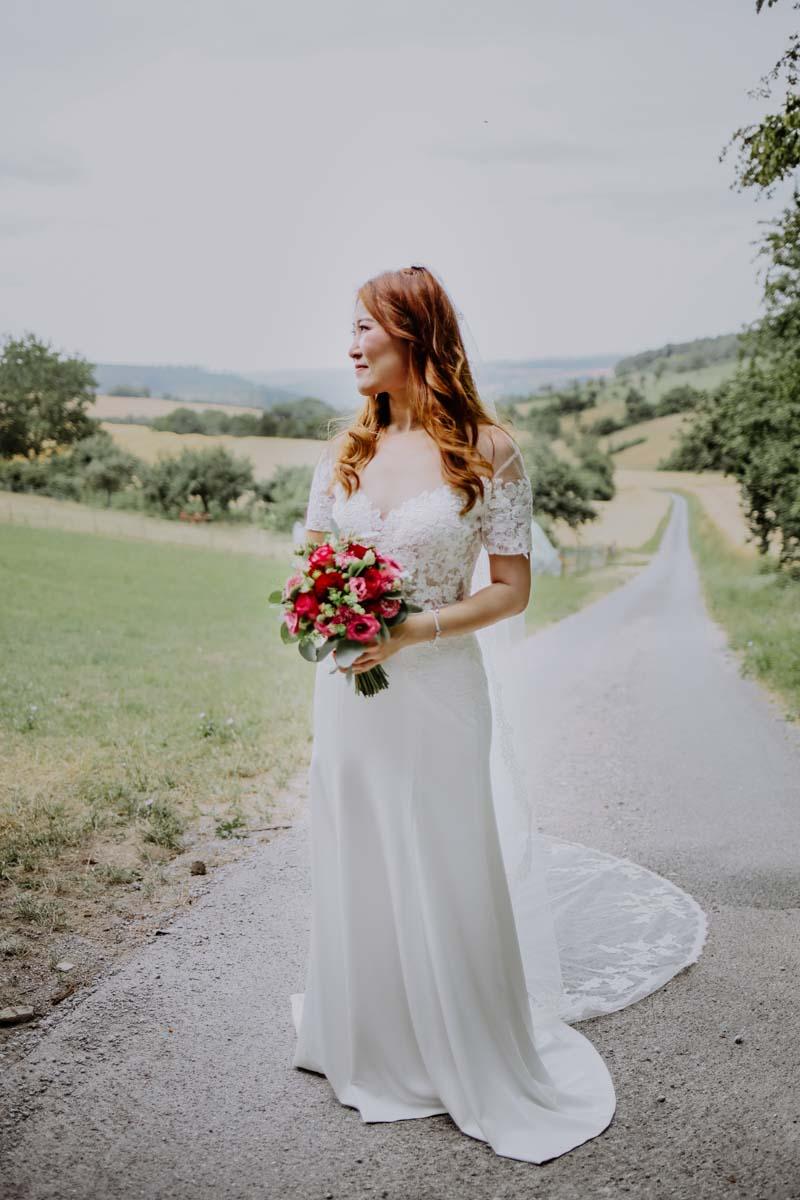 Braut mit rotem Brautstrauß