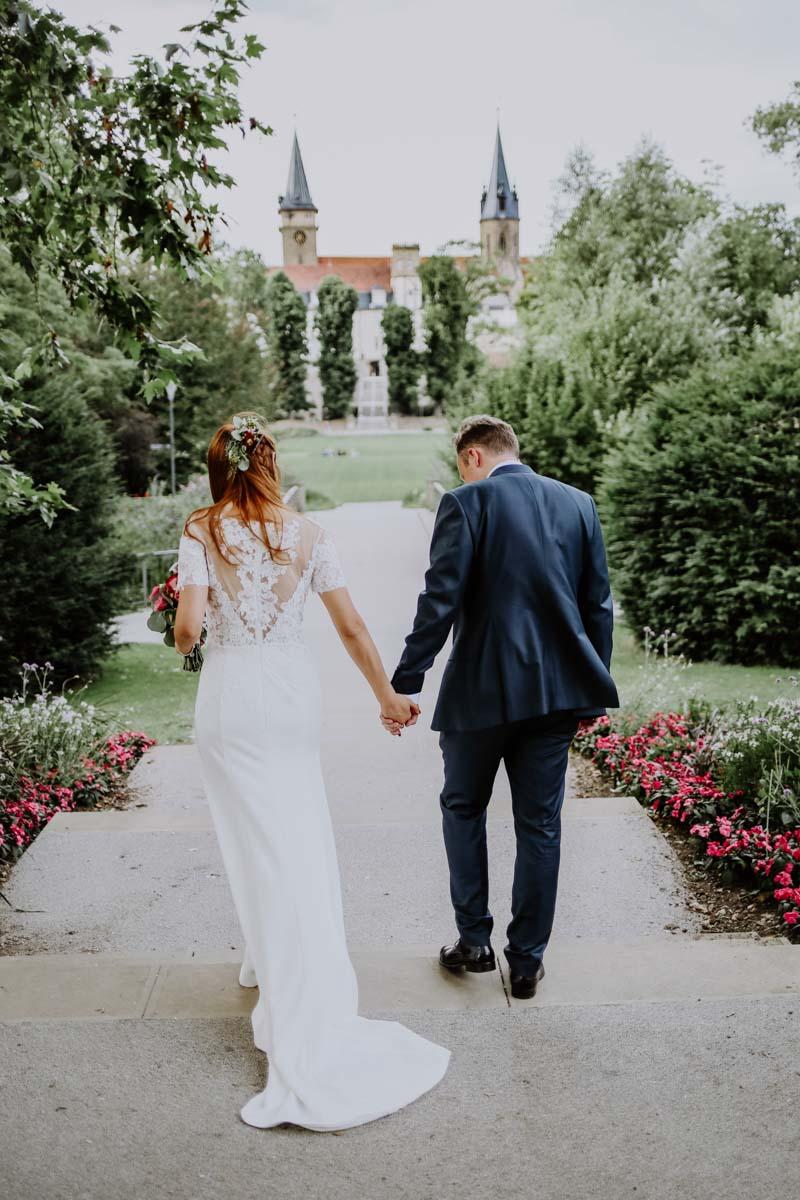 Brautpaar geht Treppe hinunter