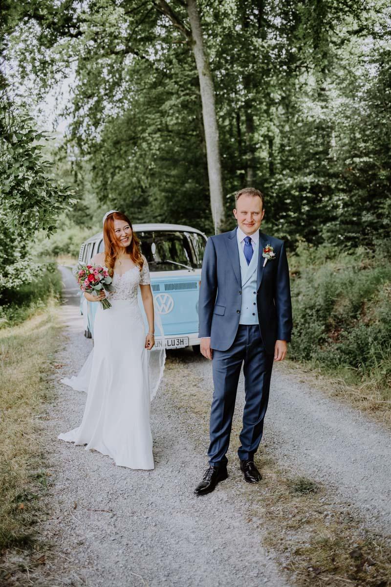 Braut überrascht Bräutigam im Wald