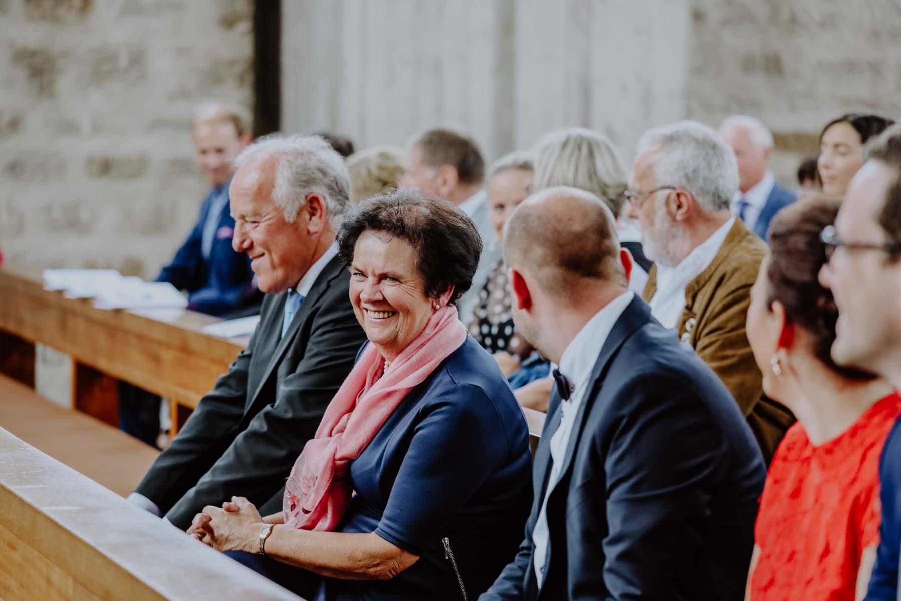 Gäste auf Kirchenbänken