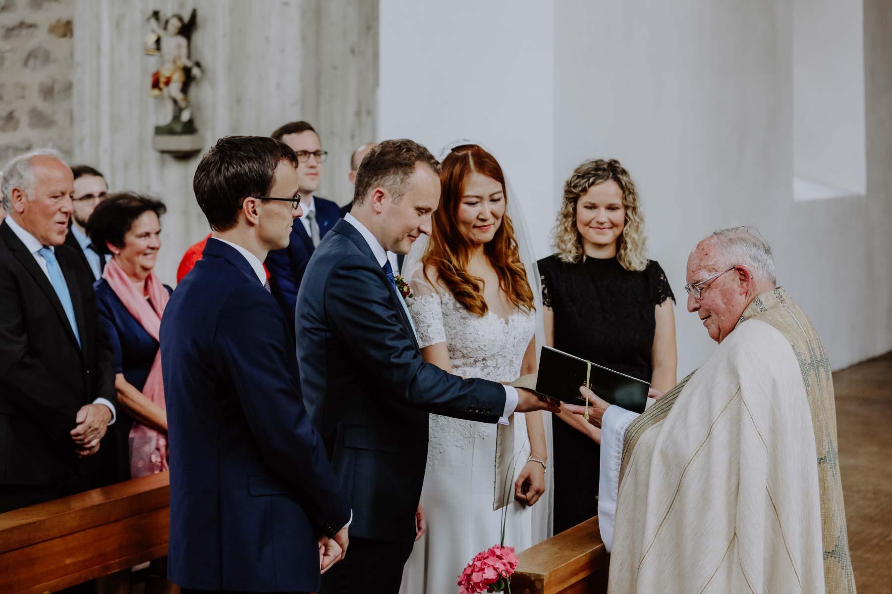 Pfarrer traut Brautpaar