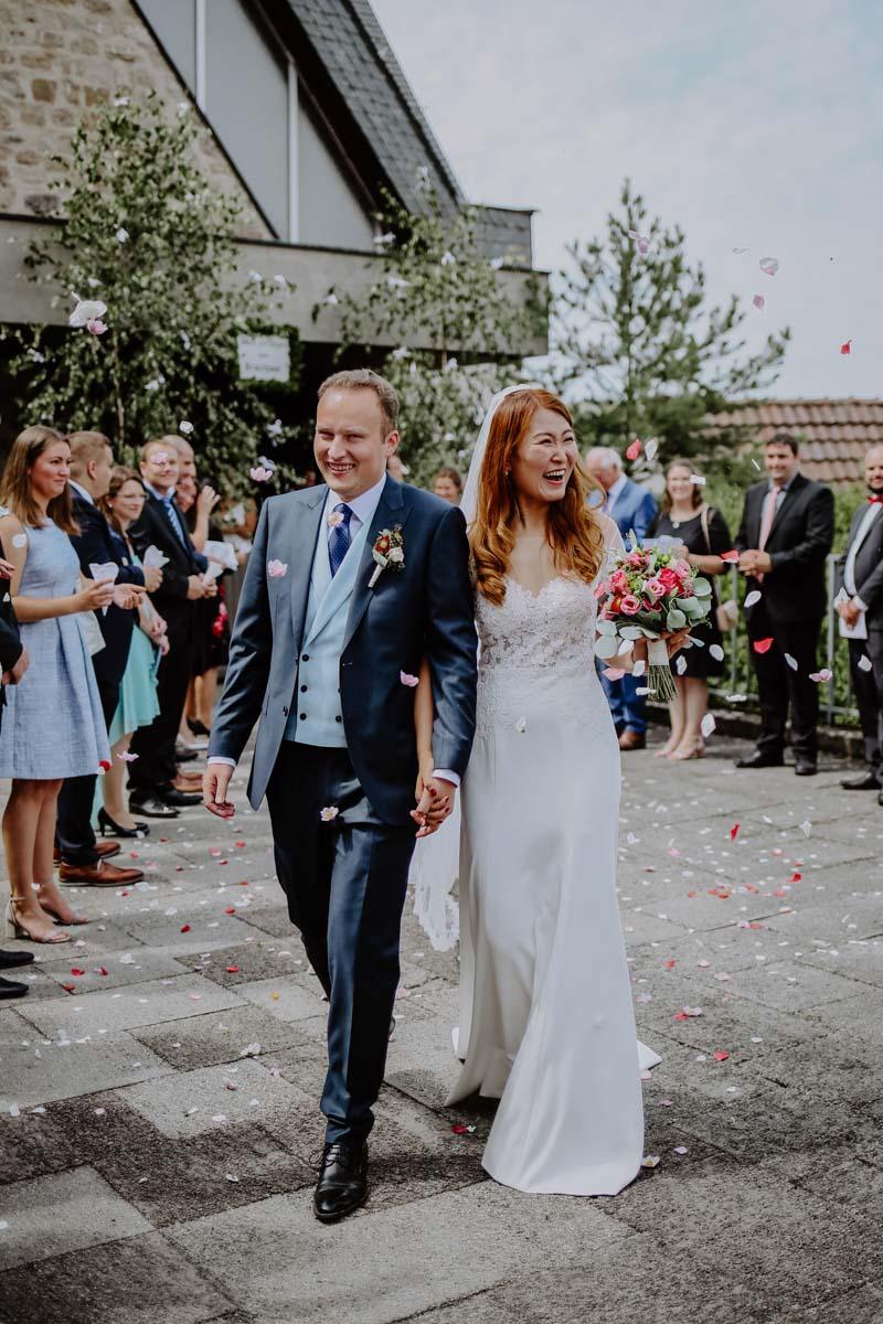 Konfettiregen über Brautpaar