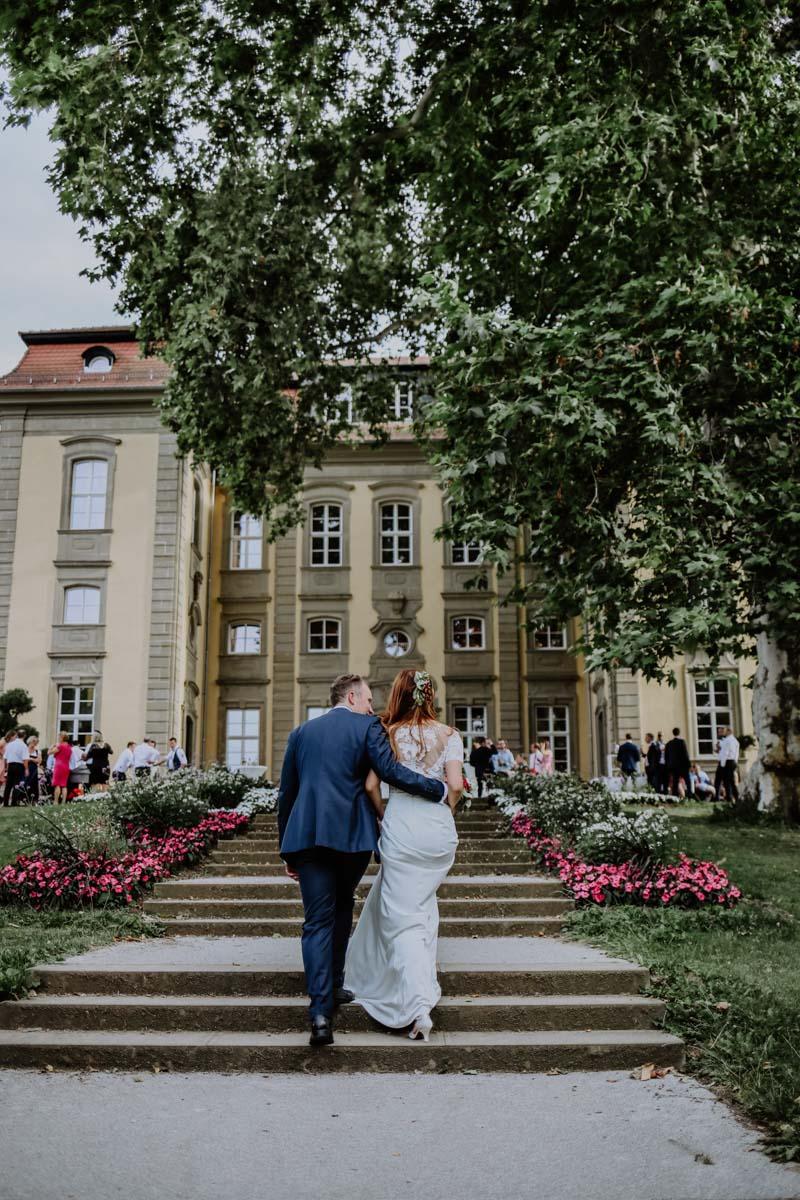 Mann und Frau steigt Treppen hinauf