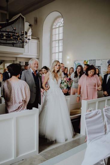Braut mit Brautvater in der Kirche