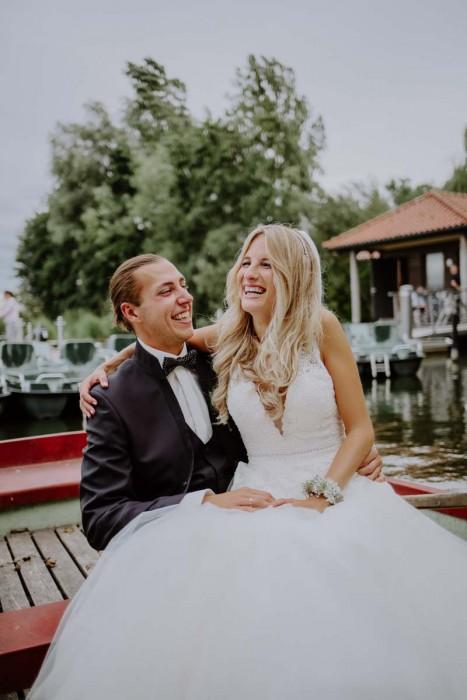 Braut mit Bräutigam in Boot