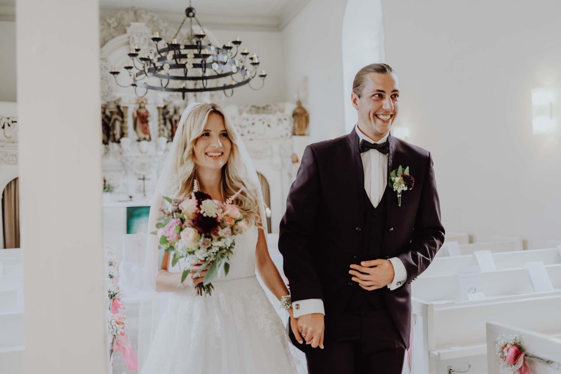 Mann und Frau in Kirche