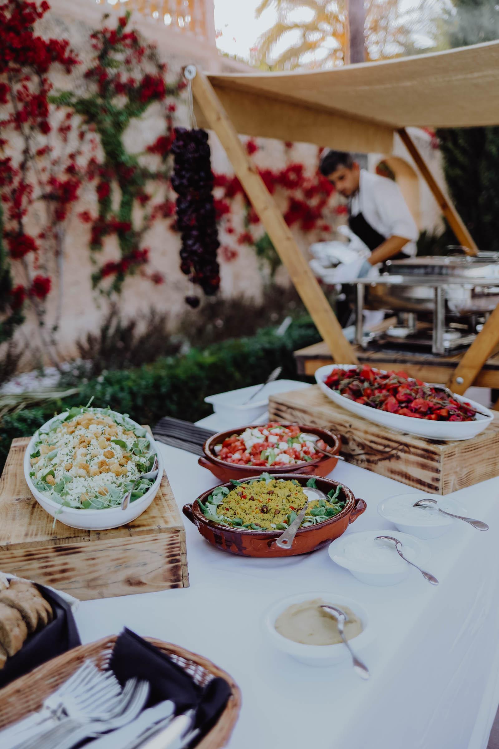 Bunte Salate auf einem Tisch