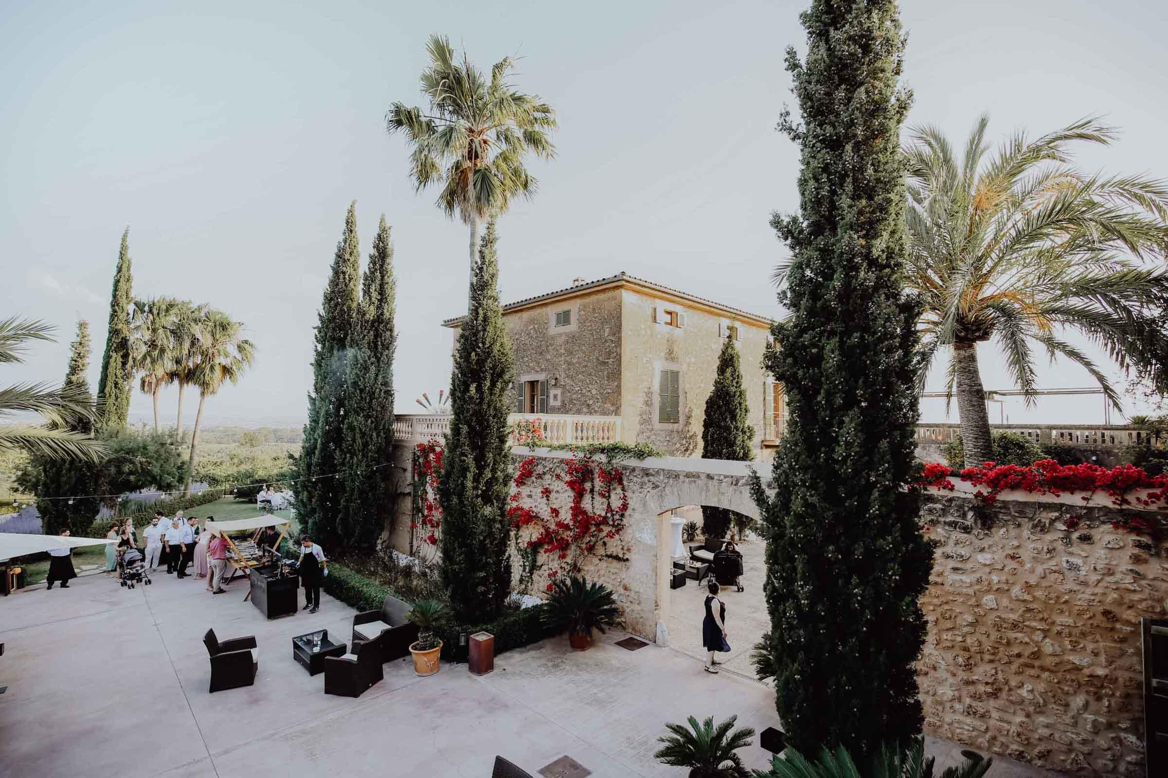 Innenhof mit Palmen und Menschen