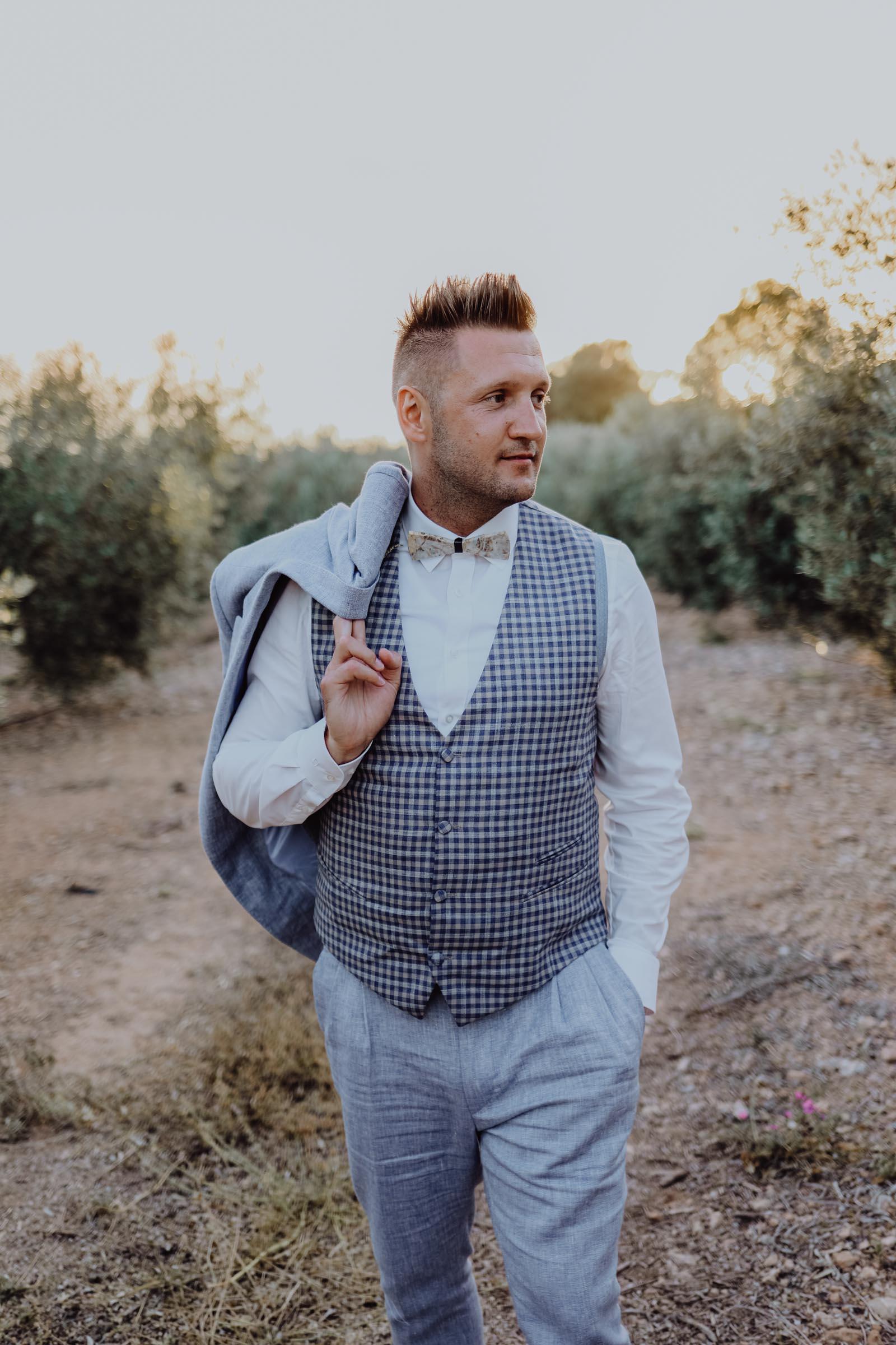 Bräutigam mit blauer Weste in einer Olivenbaumplantage