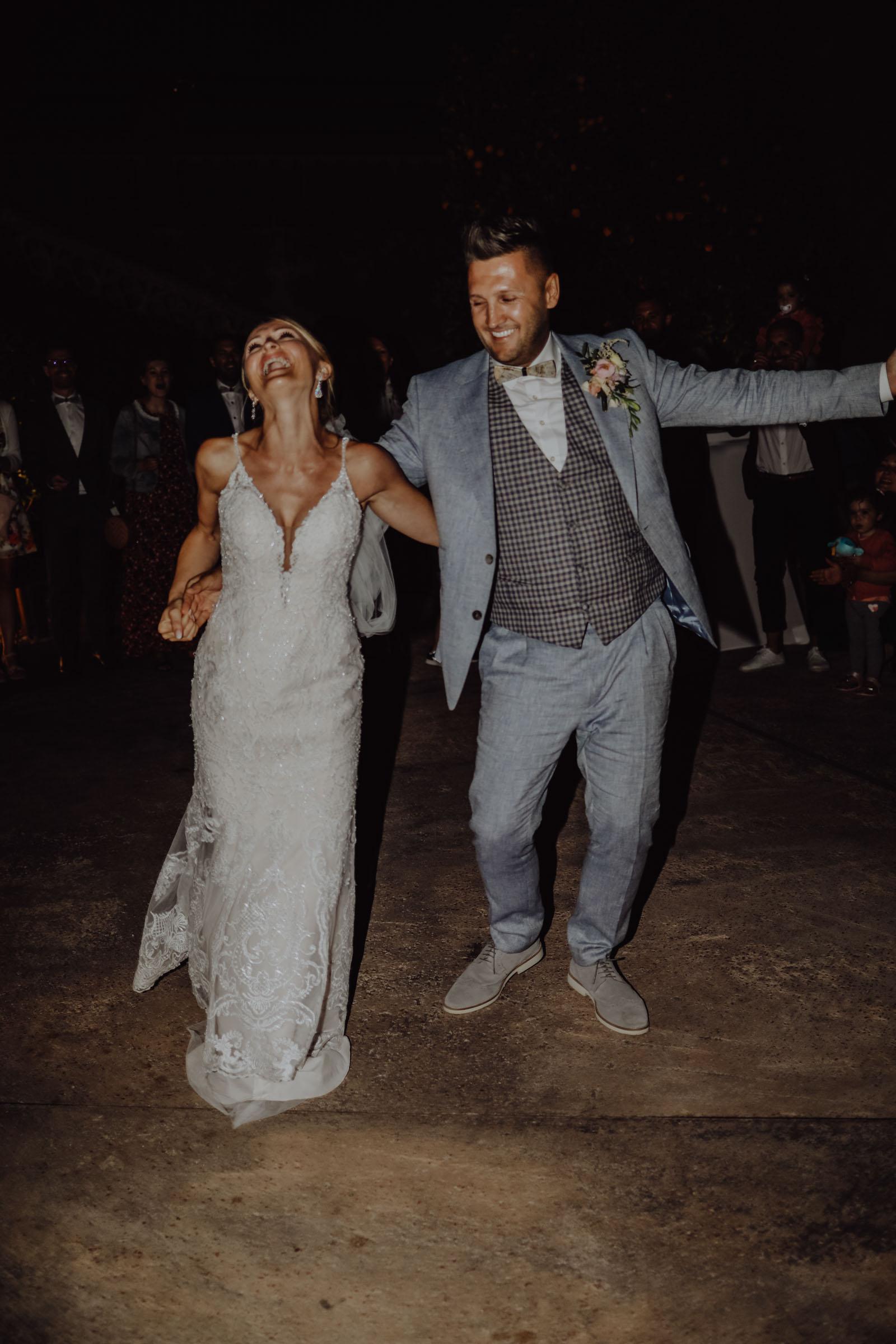 Tanzendes Brautpaar in der Nacht