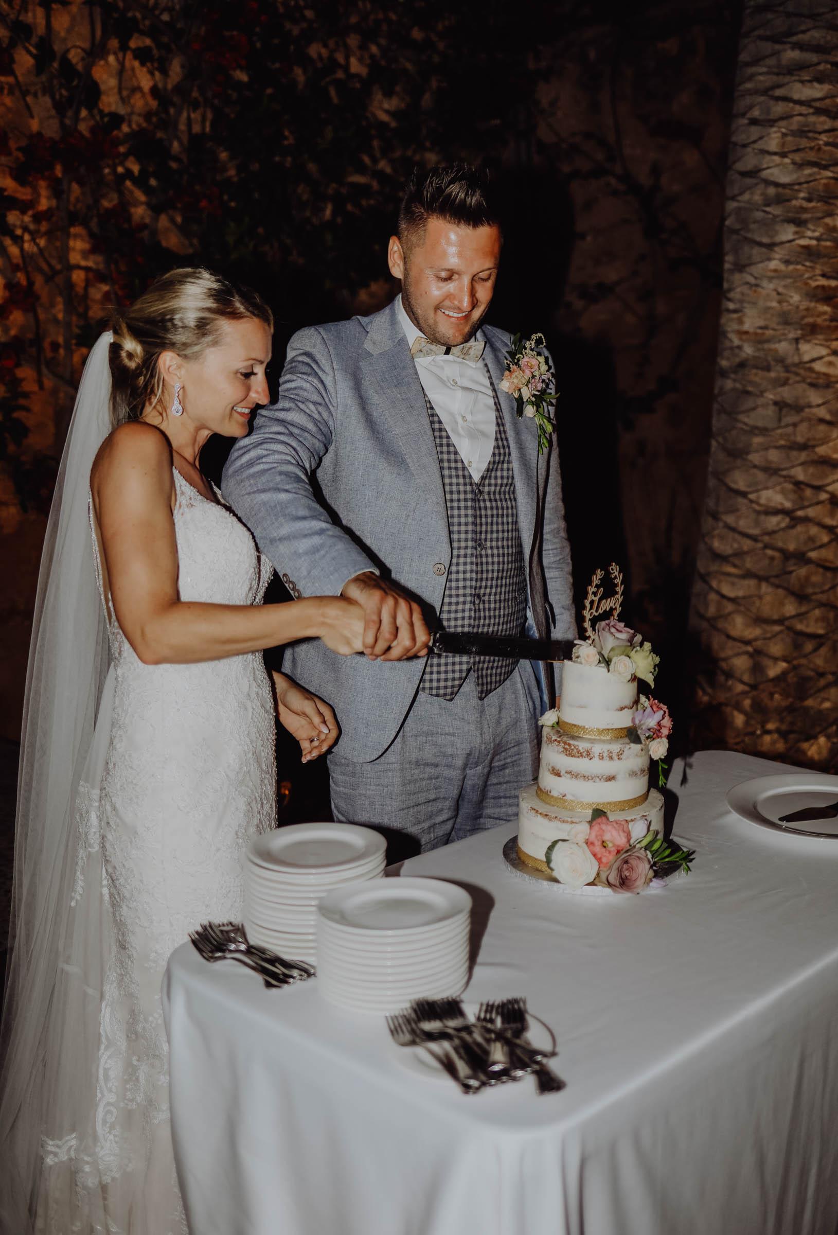 Paar schneidet Torte mit einem Messer an