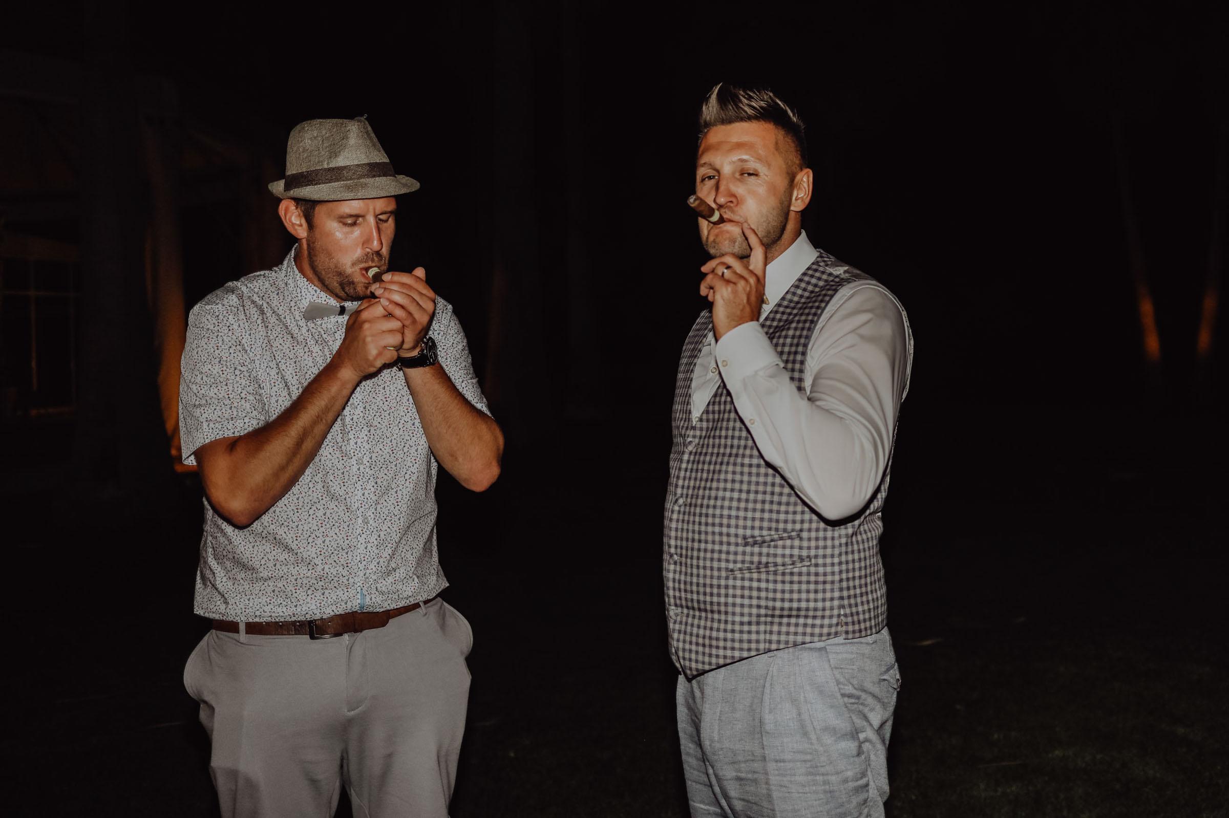 Zwei Männer rauchen eine Zigarre