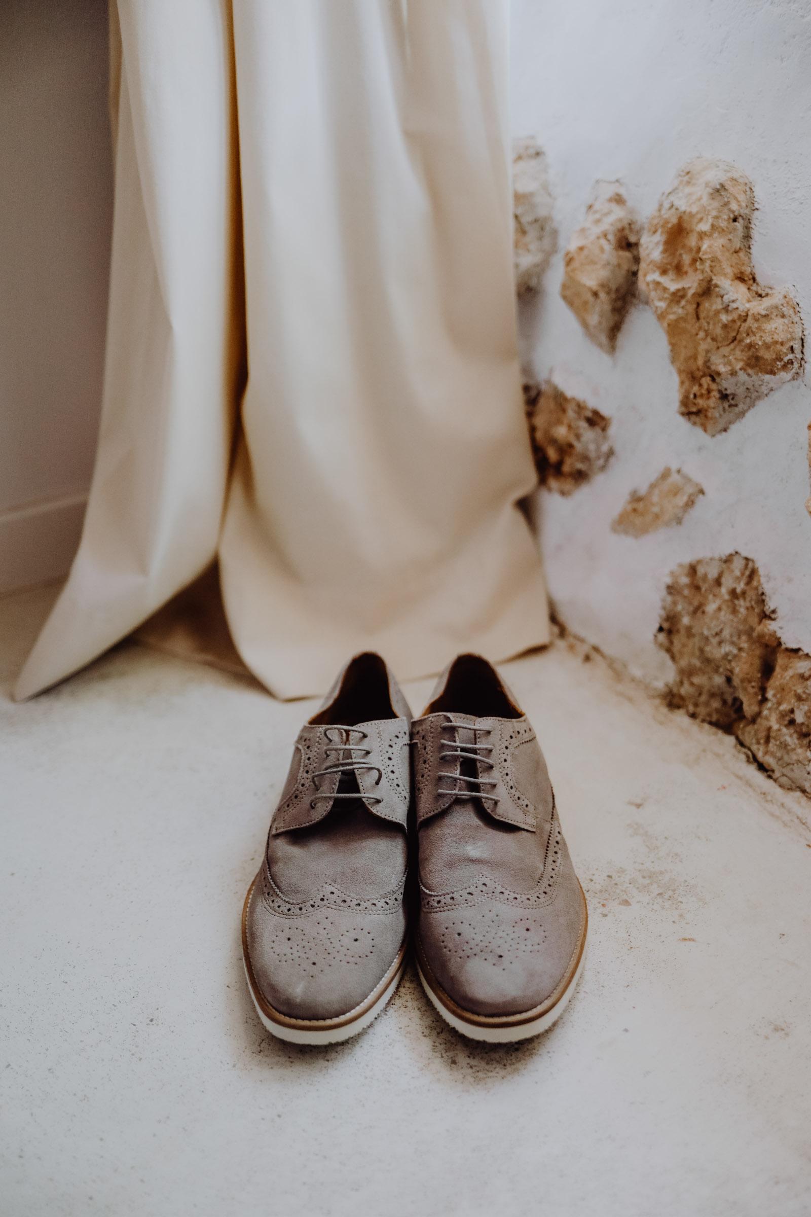 Schuhe vor Vorhang