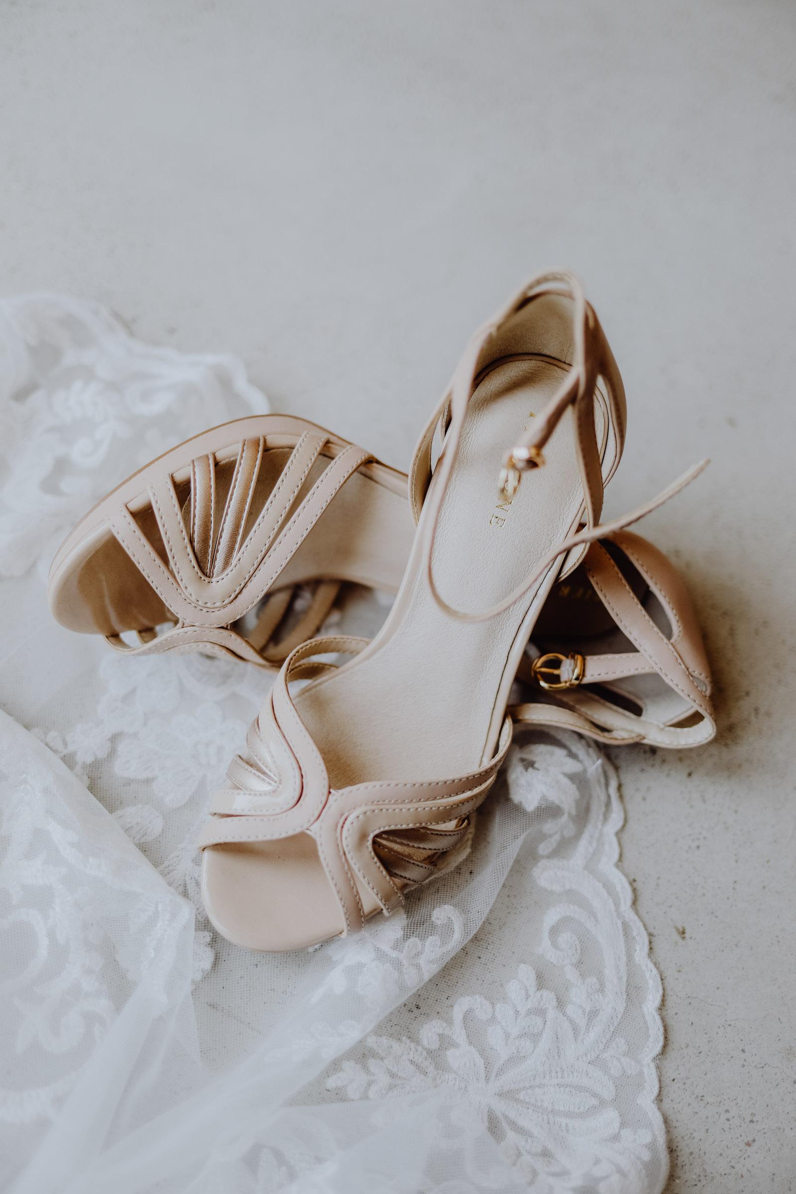 Brautschuhe auf Brautkleid