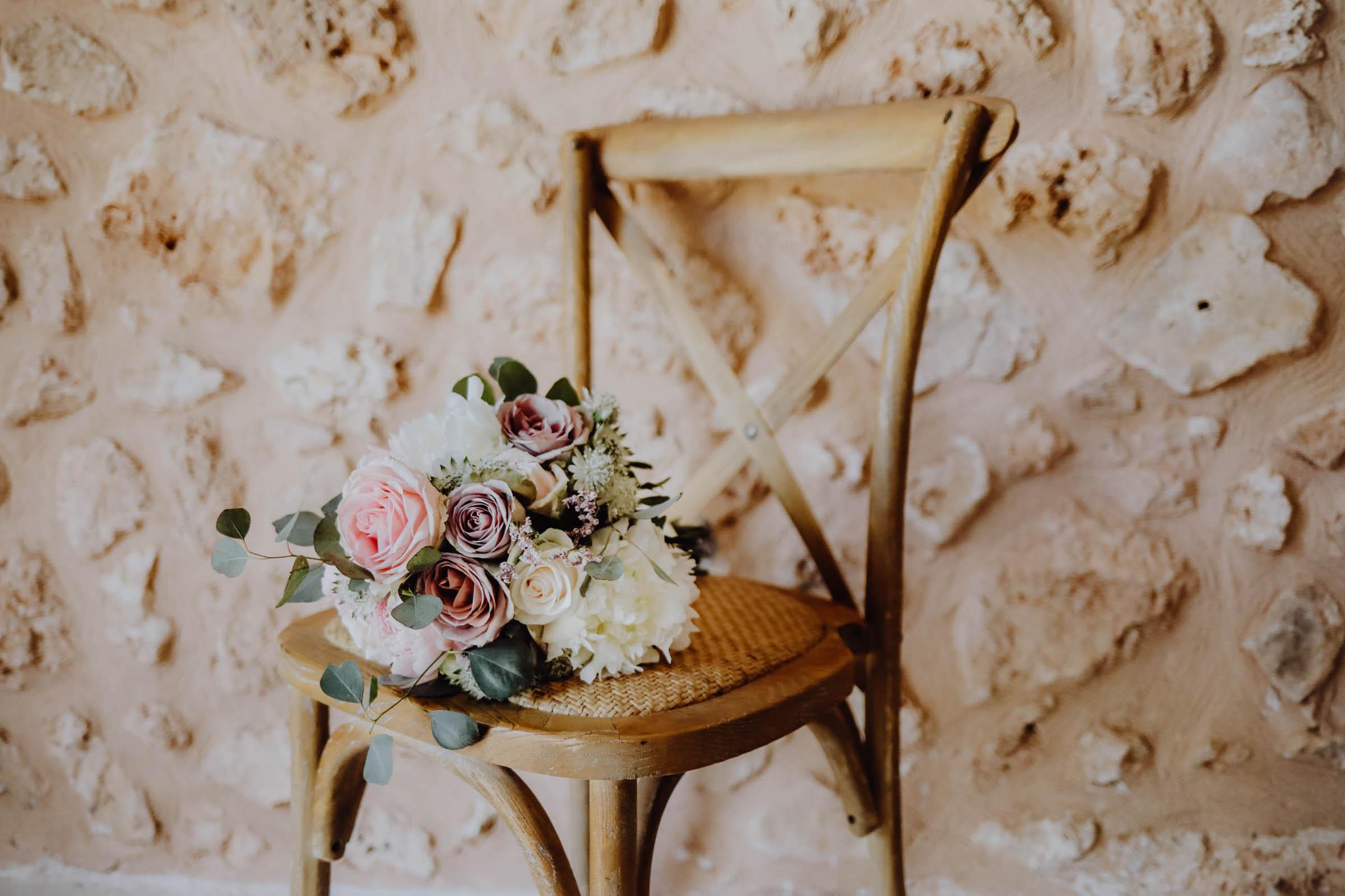 Brautstrauß auf einem Stuhl