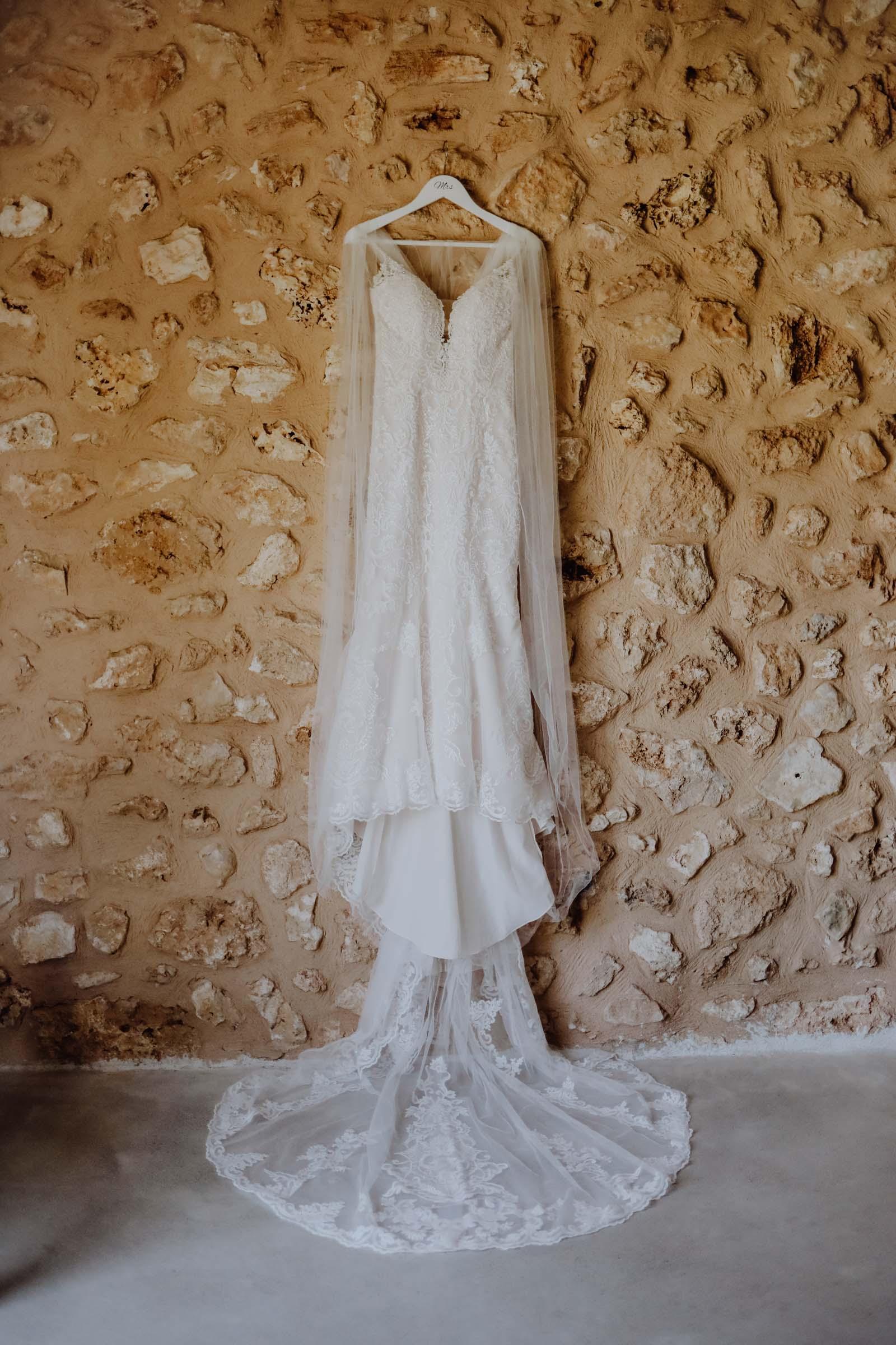 Brautkleid hängt an einer Wand