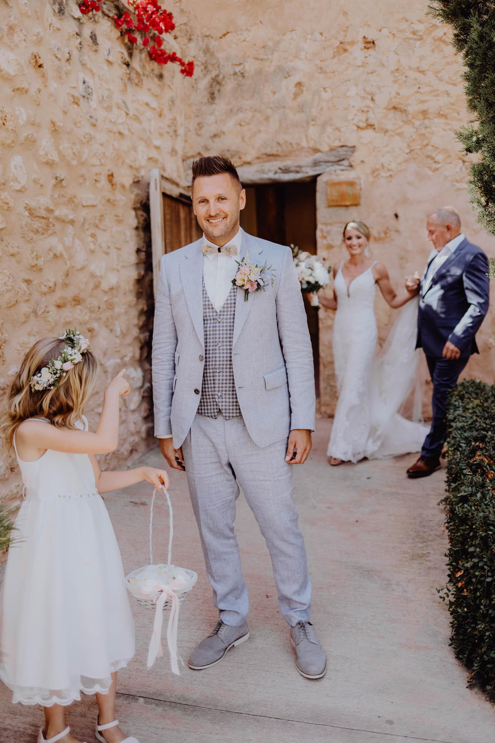 Bräutigam in blauem Anzug wartet auf Braut