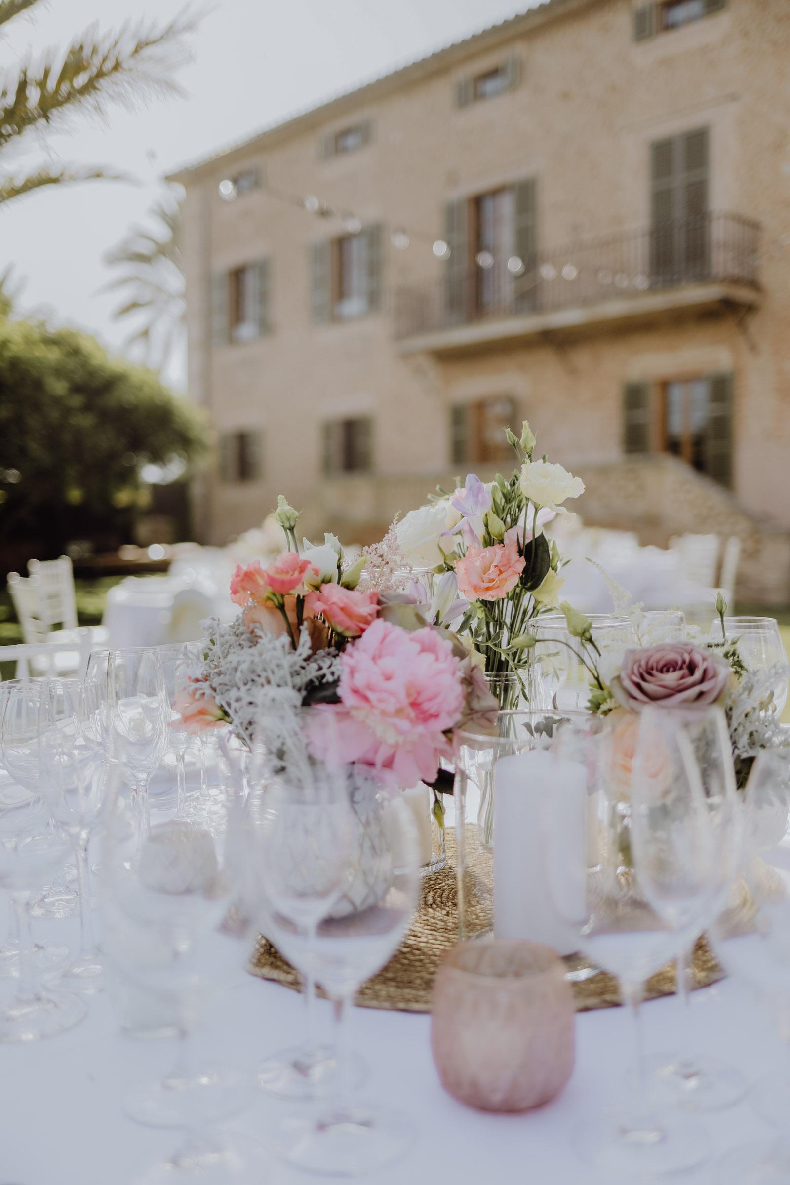 Rosa Nelken stehen auf einem gedeckten Tisch