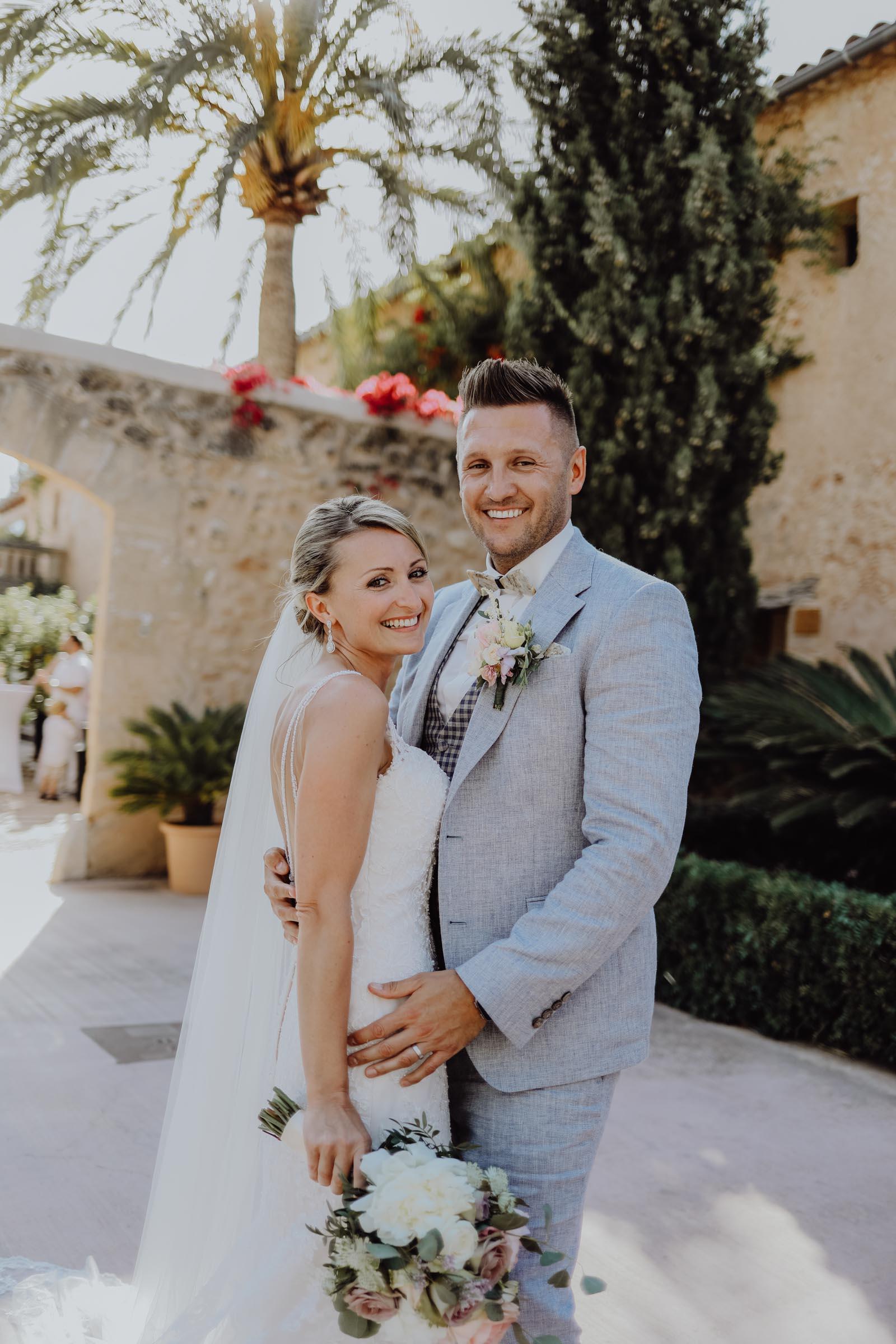 Braut hält einen Brautstrauß und Mann trägt einen Anstecker