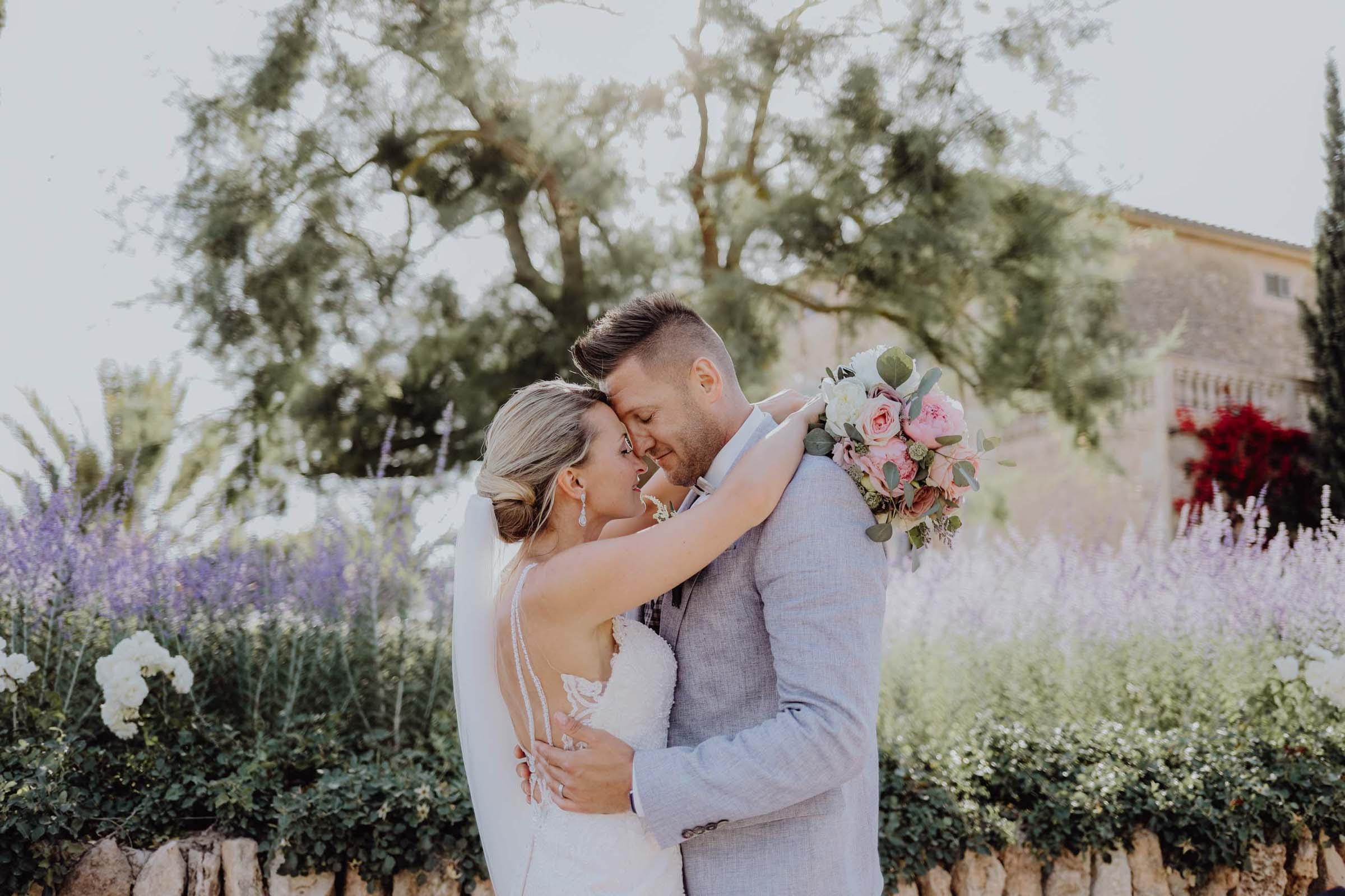 Mann und Frau Kop and Kopf vor lila Blumen