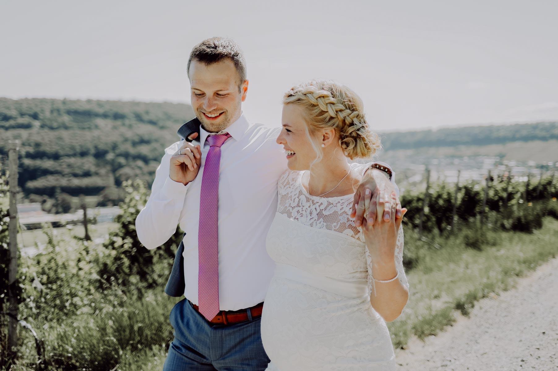 Paar spaziert in den Weinbergen