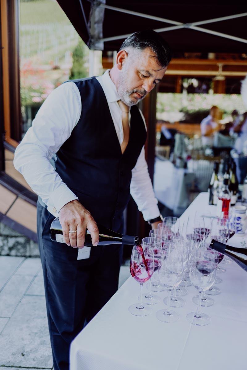 Kellner schenkt Wein ein