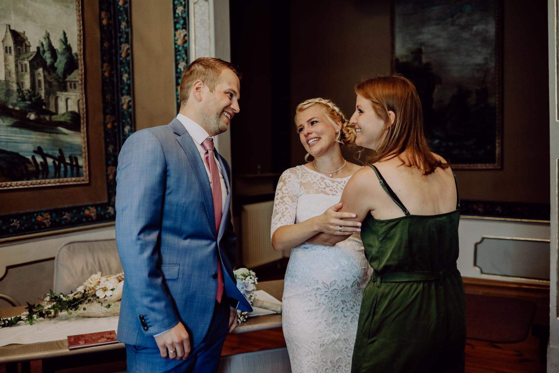 Drei Menschen lachen miteinander