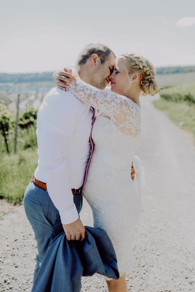 Bräutigam gibt Braut einen Kuss