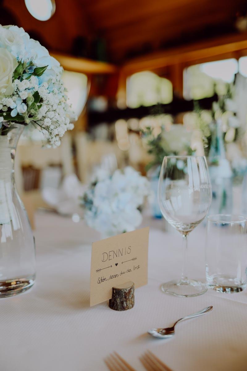 Namenskarte auf Tisch