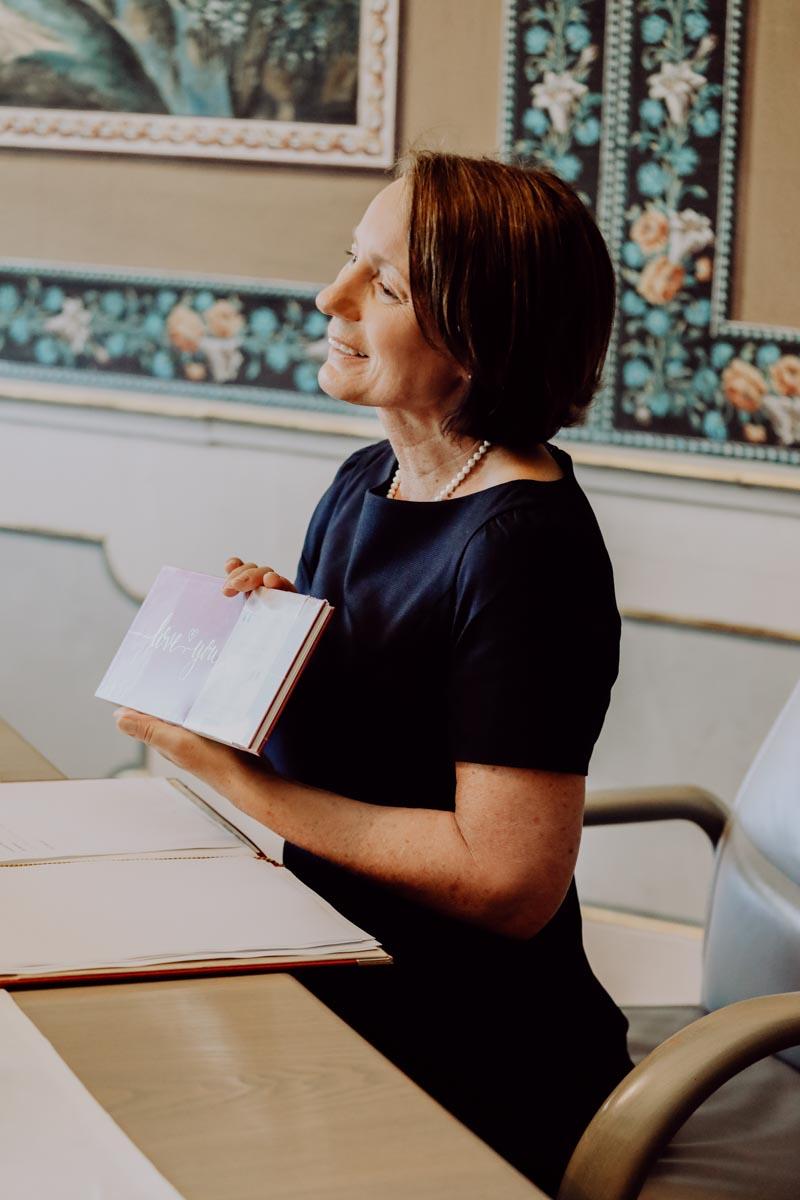Frau hält ein Buch in der Hand