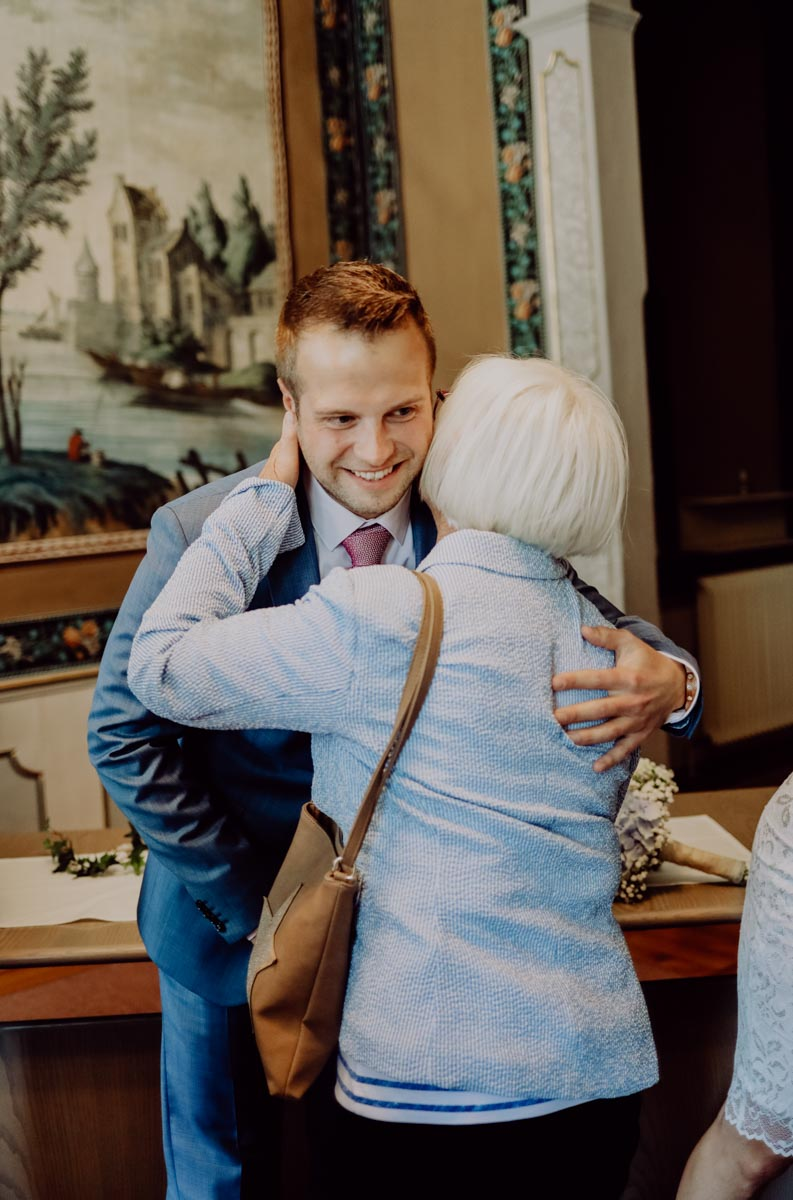 Bräutigam umarmt seine Oma