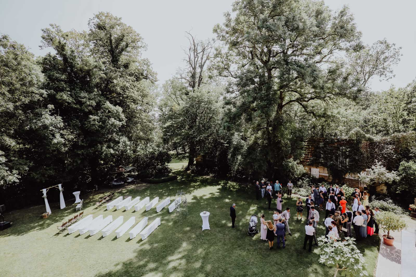 Garten mit vielen Menschen