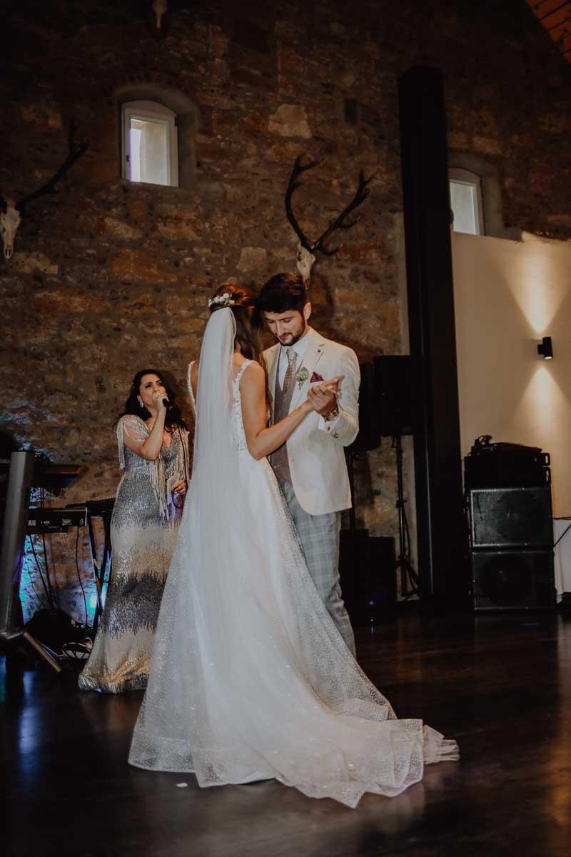 Tanzendes Brautpaar mit einer Sängerin