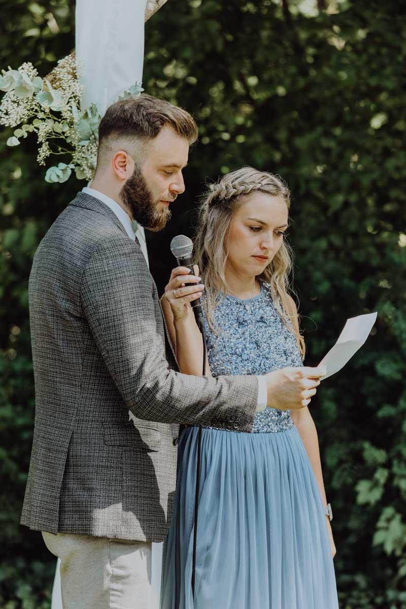 Frau hält Mann das Mikrofon vor den Mund