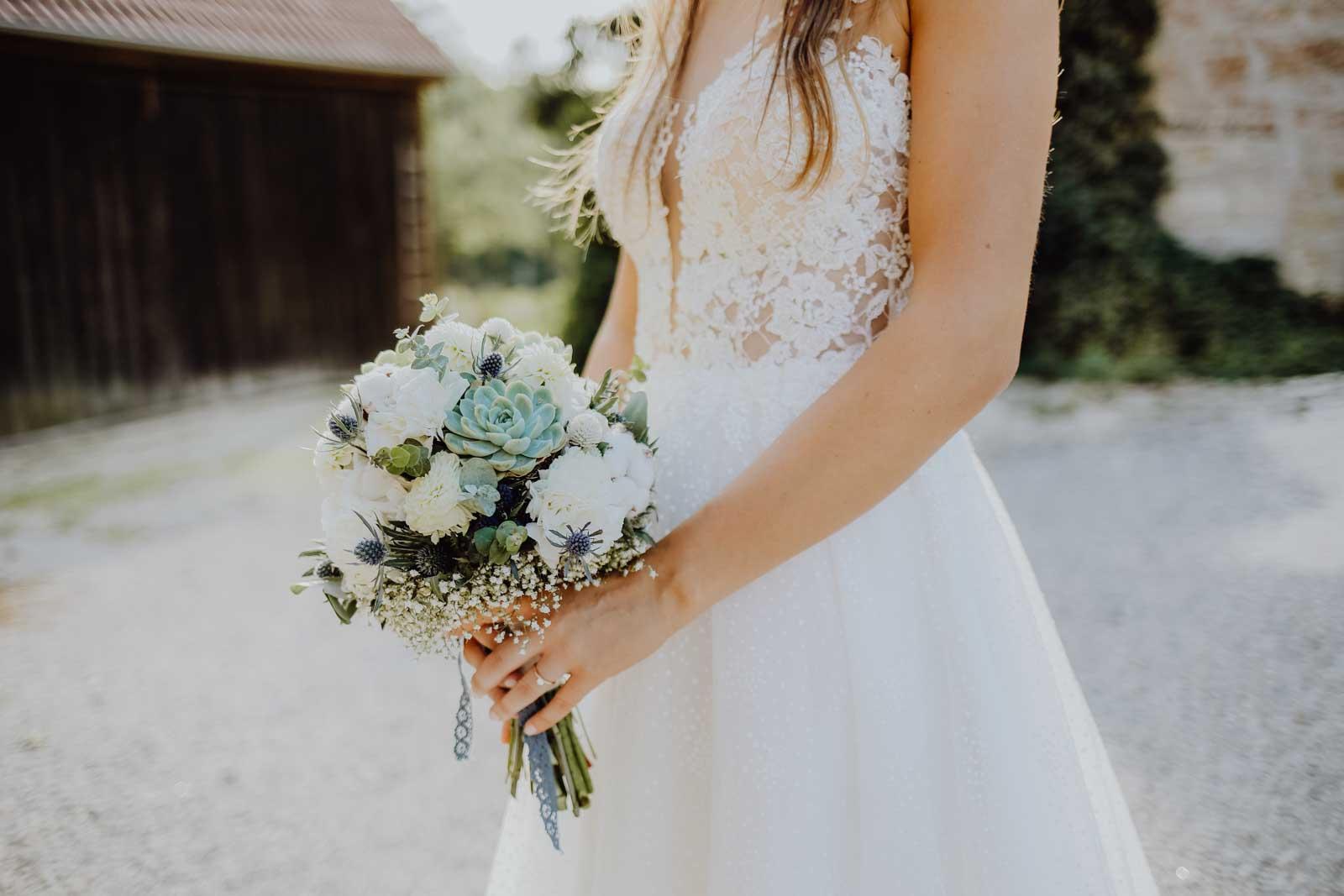Brautstrauß mit Sukkulenten und blauem Band