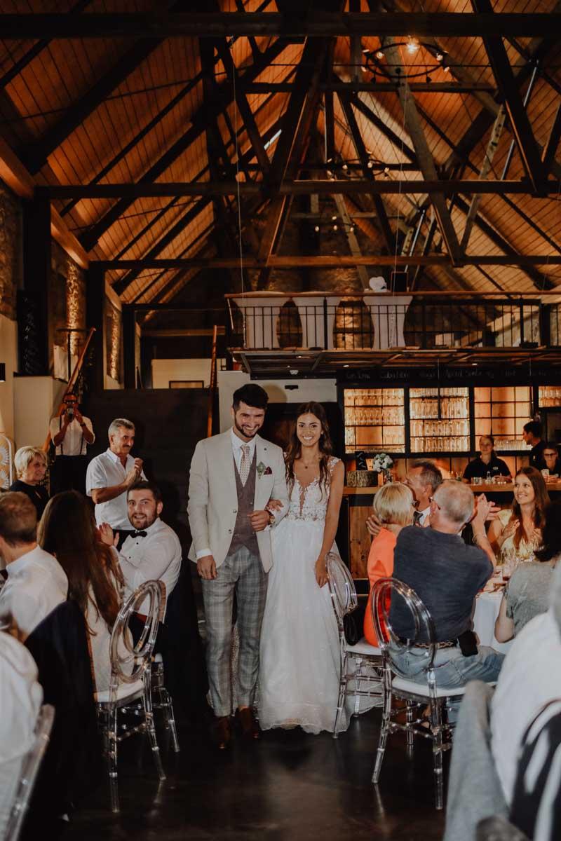 Mann und Frau in einer Scheune mit Gästen
