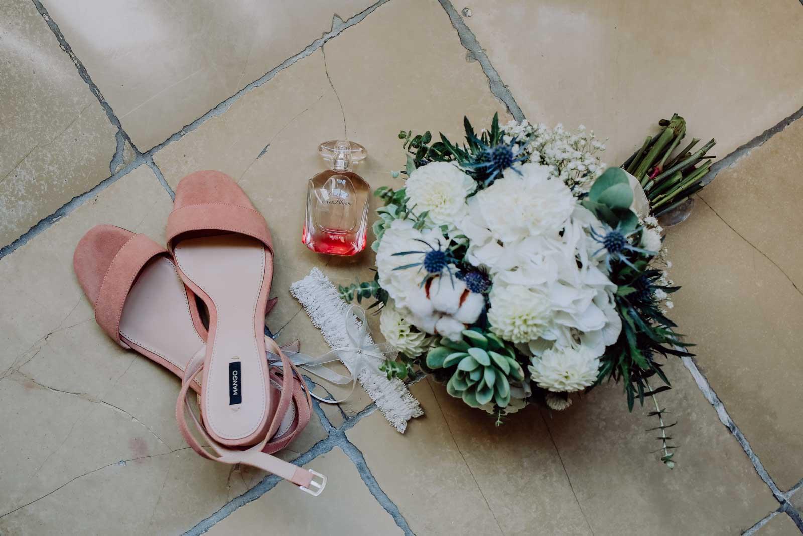 Brautschuhe und Brautstrauß mit Parfüm