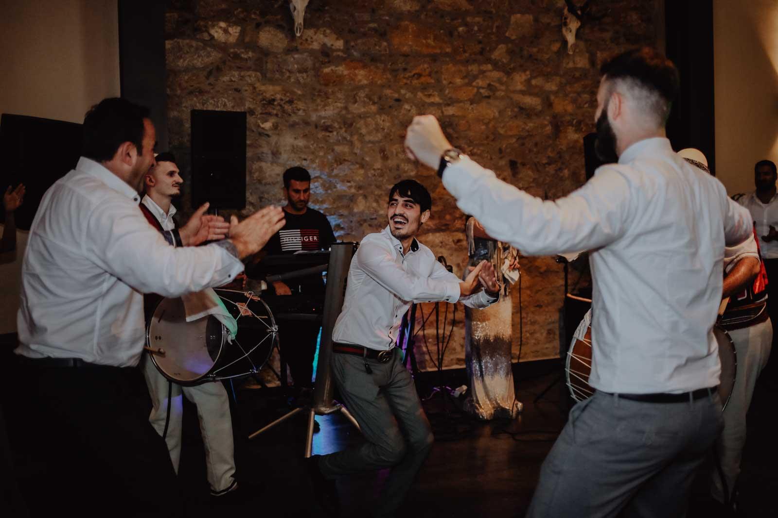 Menschen tanzen im Kreis