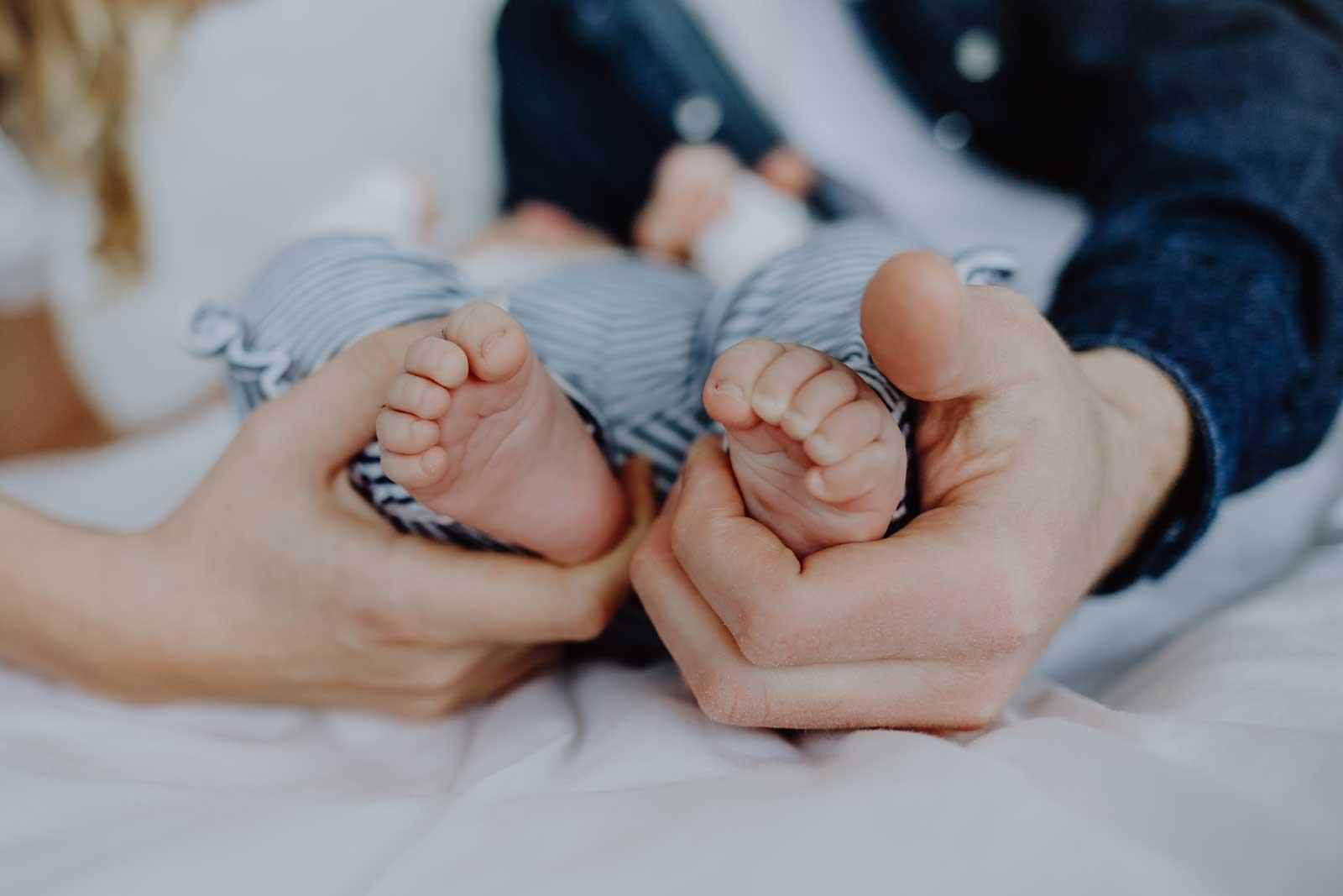 Babyfüße gehalten von Händen