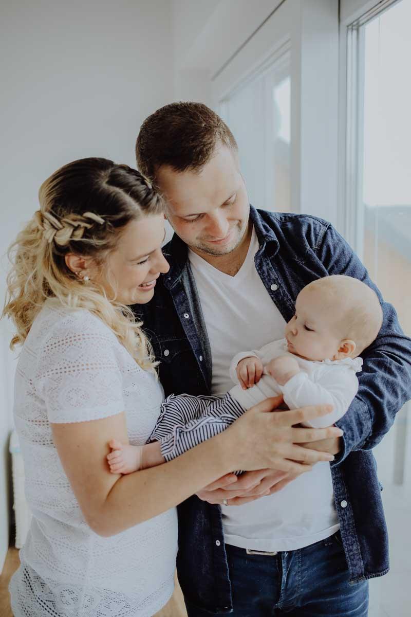 Eltern halten ihr Baby in den Armen
