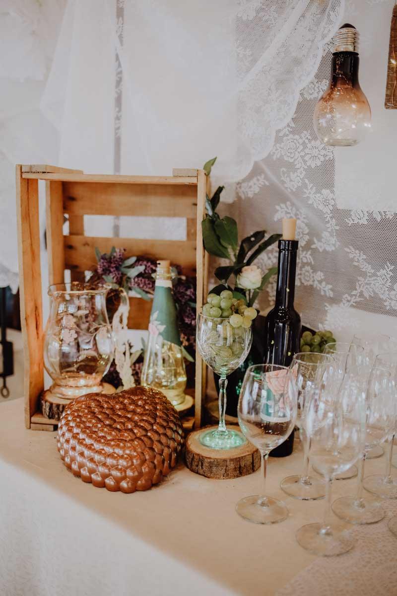 Weingläser mit Weinflasche