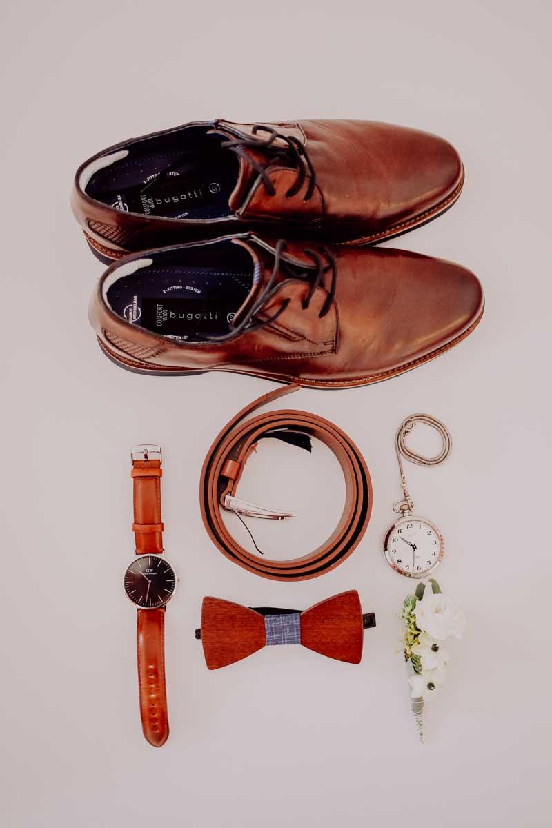 Schuhe mit Fliege und Armbanduhr