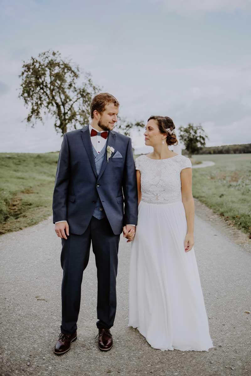 Mann und Frau sehen sich an